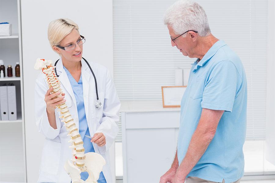 Bel ve kalça ağrısı nedenleri yaşa, cinsiyete, mesleğe, fizik aktivite düzeyine göre farklılık gösterebilir. Örneğin ileri yaş bir kadında ani başlangıçlı bir bel ve kalça ağrısı varsa kemik erimesine bağlı bir omur kırığı mutlaka akla gelmelidir. Diğer taraftan sporcu bir genç erkekte ani başlayan ağrıda kas gerilmesi ilk olarak akla gelir.